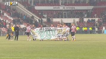 Voetbalfans PSV-spelers met spandoek voor overleden fan