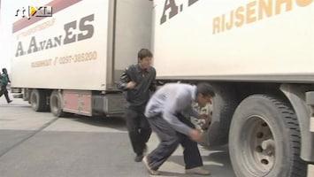 RTL Nieuws Verstekelingen hangen onder vrachtwagen