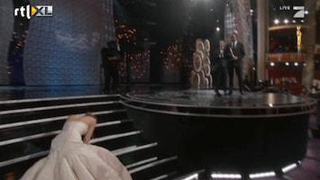 RTL Nieuws Jennifer Lawrence onderuit bij Oscars