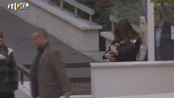 RTL Nieuws Carla Bruni en baby verlaten ziekenhuis