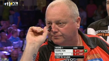RTL 7 Darts: World Matchplay Hamilton hamert Baxter de grond in