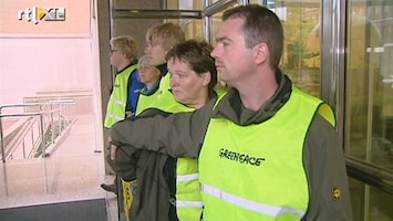 RTL Nieuws Actievoerder Greenpeace dringt binnen in Shell-hoofdkwartier