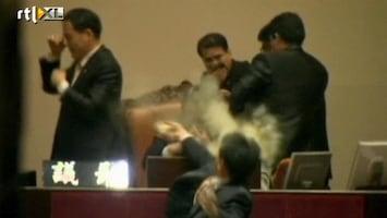 RTL Nieuws Parlementariër gooit traangasgranaat
