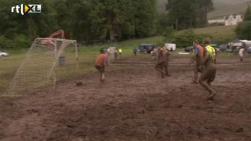 RTL Nieuws Smerig en vermoeiend: WK moerasvoetbal