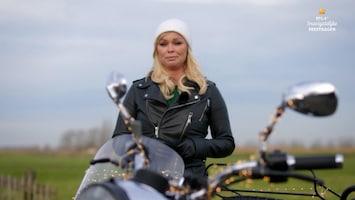 RTL 4's Onvergetelijke Feestdagen Bridget Maasland verrast meisje met beperkingen met bijzondere motortocht
