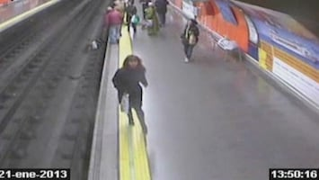 RTL Nieuws Held redt gevallen vrouw van metrospoor