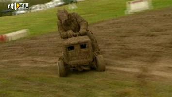 RTL Nieuws Racen door blubber op grasmaaiers