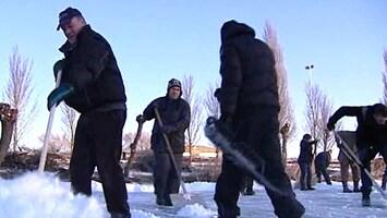 RTL Nieuws Vrijwilligers maken Stavoren sneeuwvrij