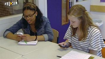 RTL Nieuws Gek van mobieltjes in de klas