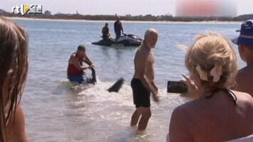 RTL Nieuws Man sleurt met blote handen haai weg