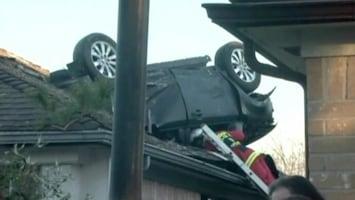 RTL Nieuws Auto maakt salto en belandt op dak (video)