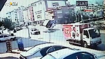 RTL Nieuws Bus vliegt uit de bocht: twee doden