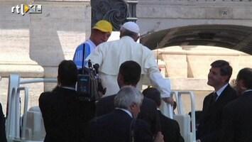 RTL Nieuws Paus geeft 'proefritje' op pausmobiel