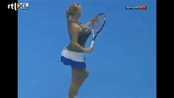 Editie NL Tennisster met mega borsten imiteert Serena