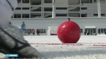 Kunstgras? In Sotsji voetballen ze op plastic bierbekertjes