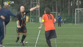 RTL Nieuws Eenbenige voetballers met elkaar op de vuist