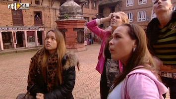 Echte Meisjes Op Zoek Naar Zichzelf - De Meisjes Kijken Hun Ogen Uit Bij Een Kamasutra Tempel