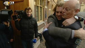 RTL Nieuws Onverwachte knuffel bij afscheid ministers