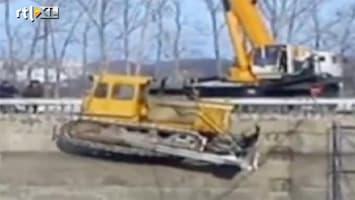 RTL Nieuws Vreemde capriolen met kraan en bulldozer