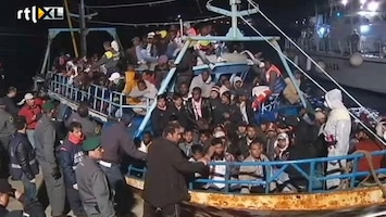 RTL Nieuws Overvolle boot komt aan op Lampedusa