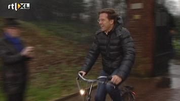 RTL Nieuws Rutte fietst door de regen naar huis