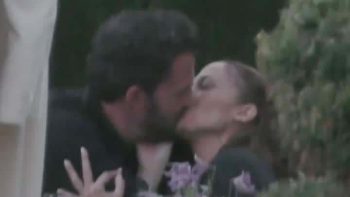 ZIEN: Jennifer Lopez en Ben Affleck zoenen erop los