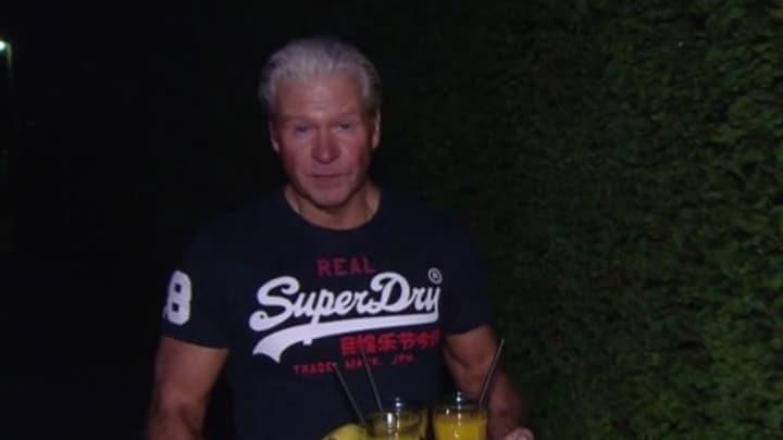 Dries Roelvink moet zich omkleden voor interview Wopke Hoekstra