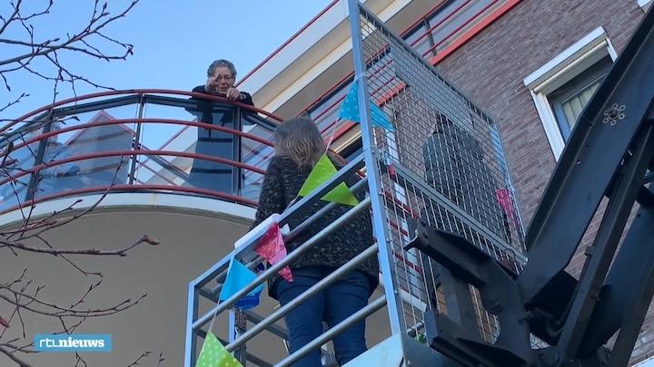 Quarantaine-oma Cor krijgt kleinkinderbezoek via hoogwerker
