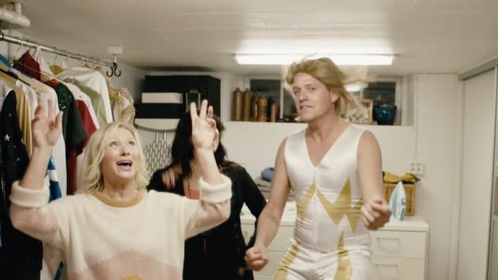 Kees Tol he-le-maal in z'n element als ABBA-imitator