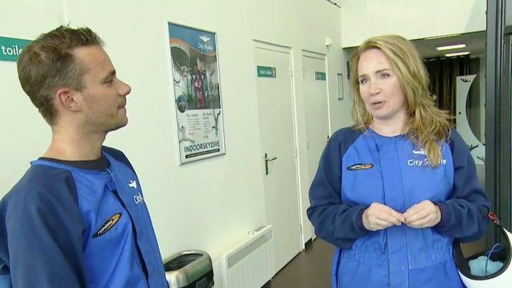 Helga van Leur viert 50ste verjaardag met indoor skydiven