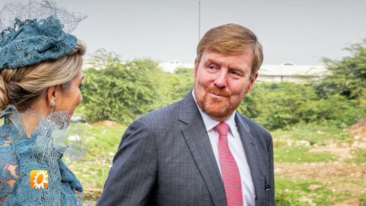 Koning Willem-Alexander en koningin Máxima schitteren op staa...
