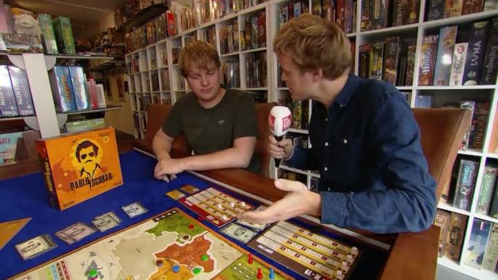 Lex Uiting op bezoek bij bedenker bordspel Pablo Escobar