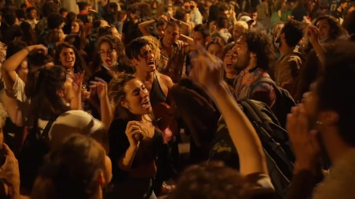 Noodtoestand Spanje opgeheven, volop feestjes op straat en strand
