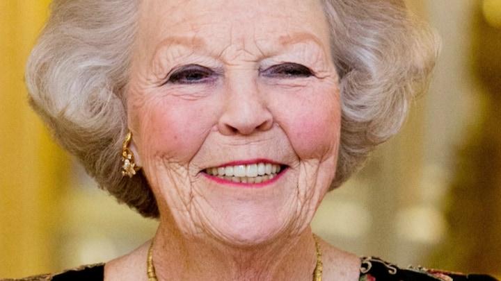 Prinses Beatrix voor operatie opgenomen in ziekenhuis