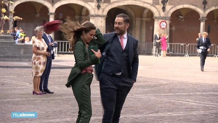 Oppassen geblazen tijdens winderig Prinsjesdag: 'Ho, daar ging m'n hoedje even!'