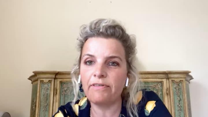 Clarice Stenger: 'Johan Derksen moet beveiliging krijgen'