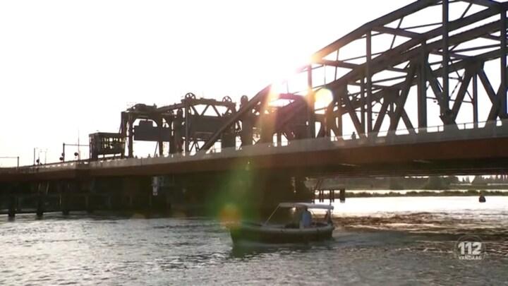 Binnenvaartschip ramt brug Zutphen