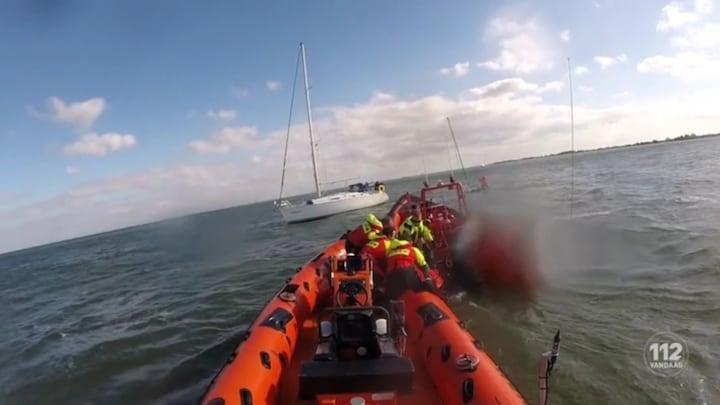 Twee zeilers gered van zinkende boot in Markermeer