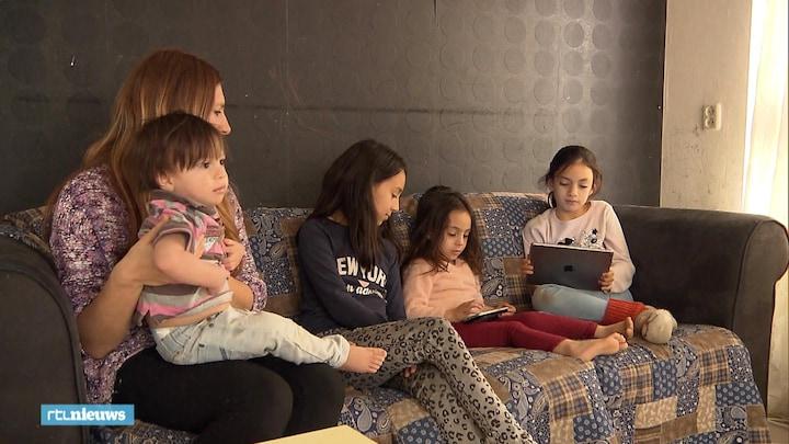 Felicia's kinderen kijken zes uur per dag naar een scherm