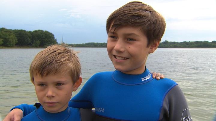 Broertjes zwemmen Elfstedentocht voor ziek zusje