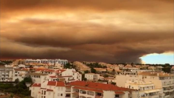 Bosbrand in Portugal nadert toeristengebied: 'Overal ligt as en het stinkt verschrikkelijk'