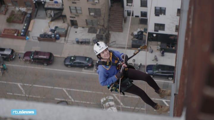 Julie inspecteert wolkenkrabbers: 'Over rand stappen het engst'