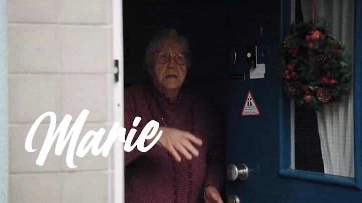 Beau op bezoek bij Flora-bewoonster Marie (84)