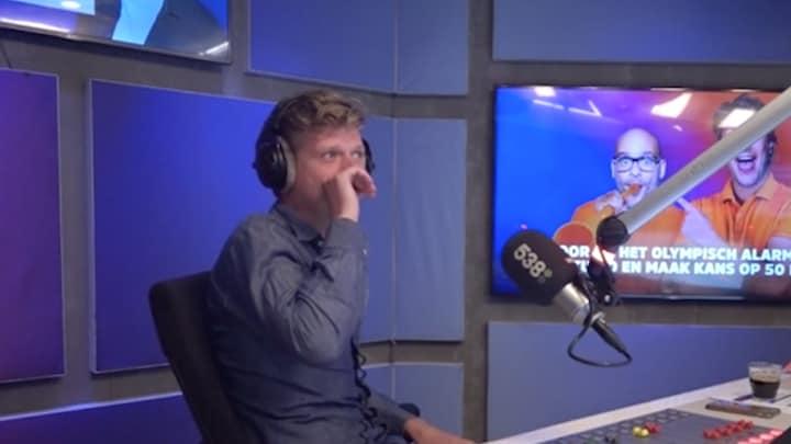 Wietze de Jager laat live op radio 'verplicht' een tattoo zetten