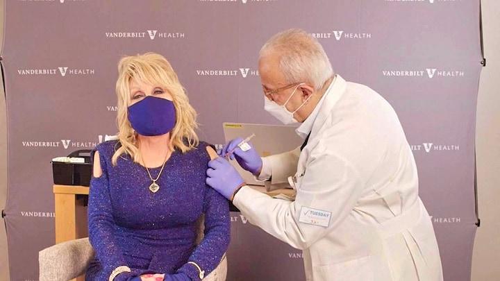 Dolly Parton roept Amerikanen zingend op hun coronaprik te halen - RTL Nieuws