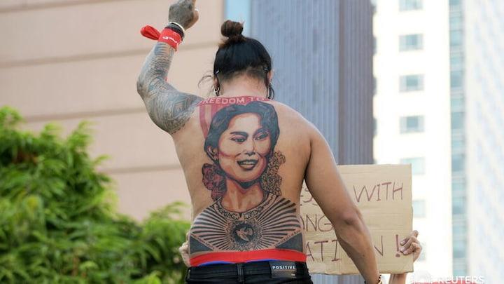 Tattoos als wapen tegen leger van Myanmar: 'Laat onze leider vrij' - RTL Nieuws