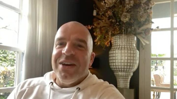 Andy van der Meijde valt bij voetballers met de deur in huis