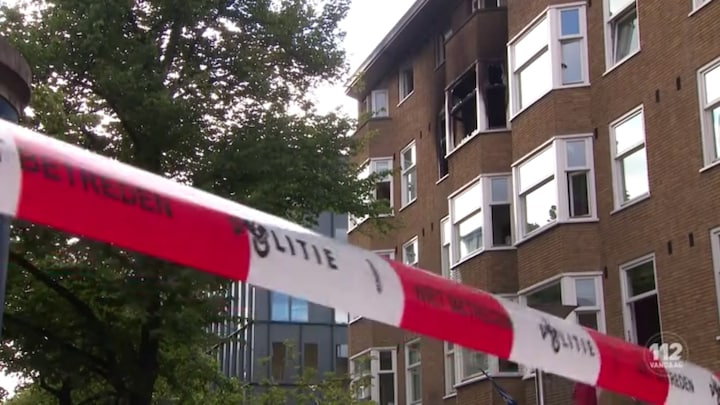 Tweetal springt uit brandend huis in Amsterdam