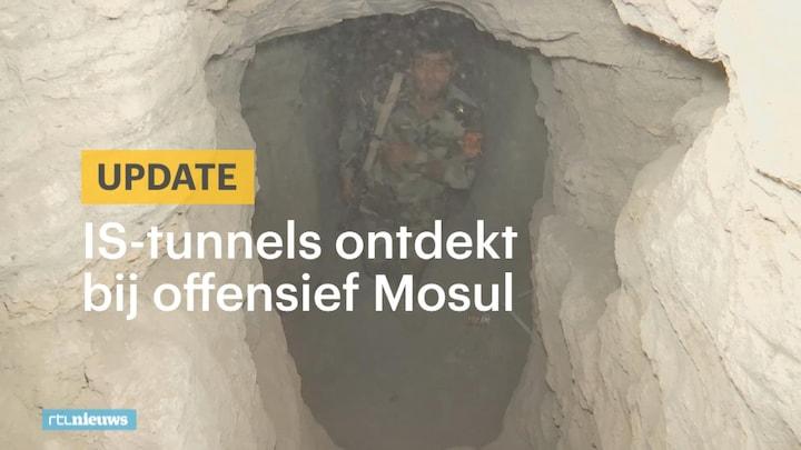 Afbeelding bij RTL Nieuws: Donker en stoffig: Koerdische strijders ontdekken IS-tunnels (fragment)