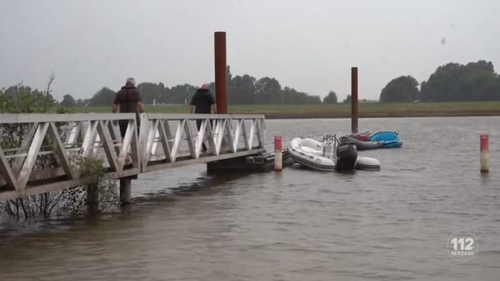 Stuurloze boot raast rondjes in Deventer